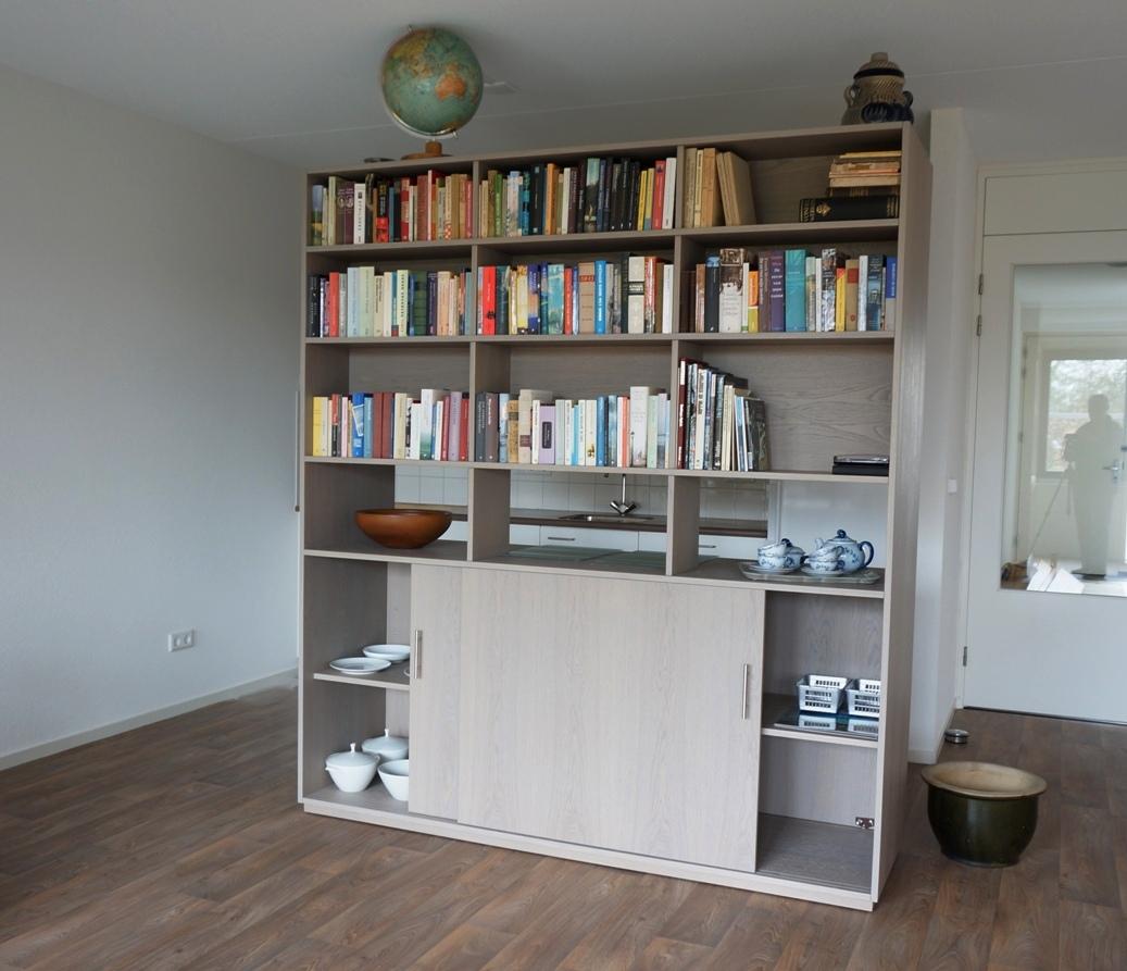 Mooie Eiken (grijs authentiek) kast, ook geschikt als roomdivider ...