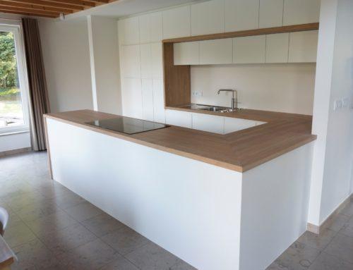 Keuken met massief eiken werkblad en omlijsting (Belgie)