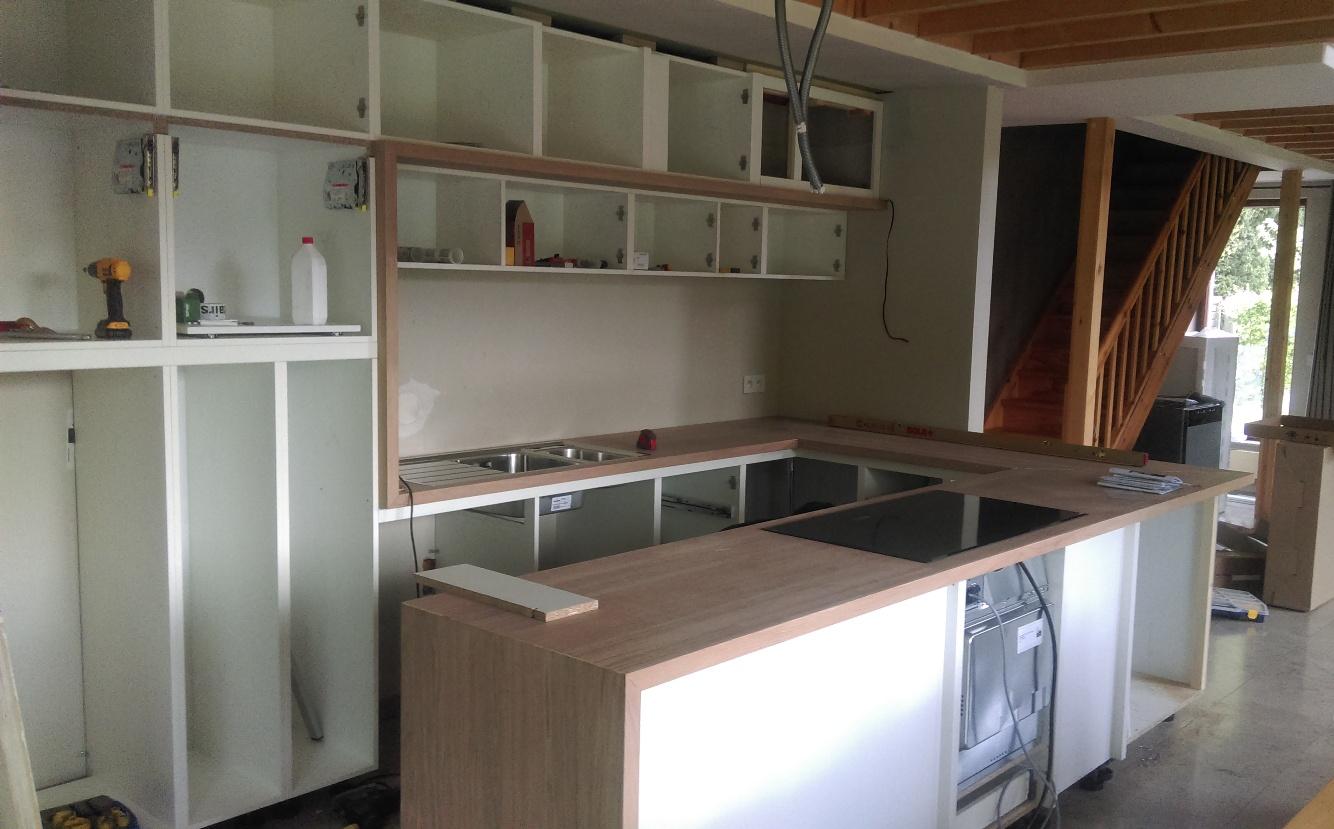 Keuken met massief eiken werkblad en omlijsting (Belgie