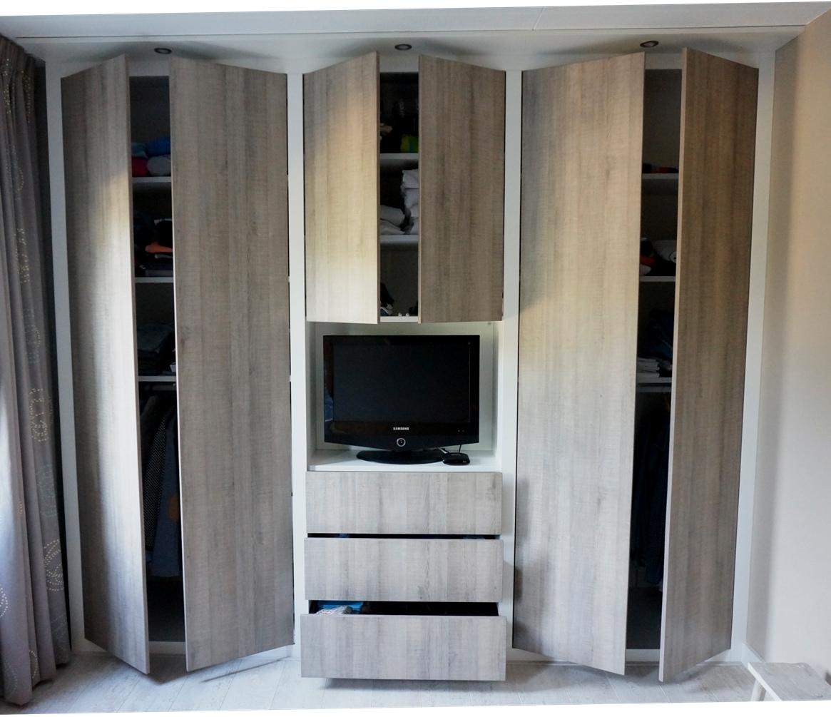 Slaapkamerkast Met Tv.Kledingkast Met Robuuste Lijst Hvs Design Maatwerk Meubelen