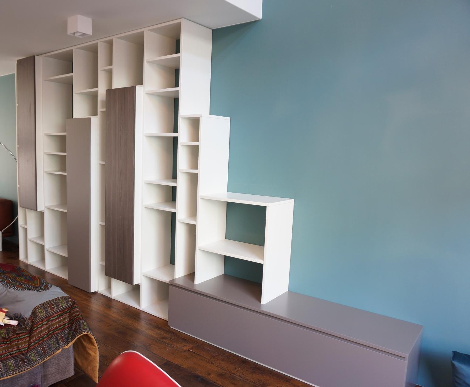 Wandmeubel/Boekenkast met een speelse indeling, en naar voren ...