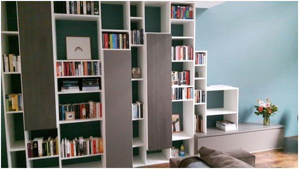 wandmeubelboekenkast met een speelse indeling en naar voren geplaatste kasten in diverse kleuren hvs design maatwerk meubelen speciaal voor u