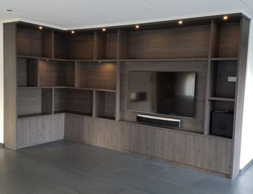 Wandkasten met veel ruimte en verlichting