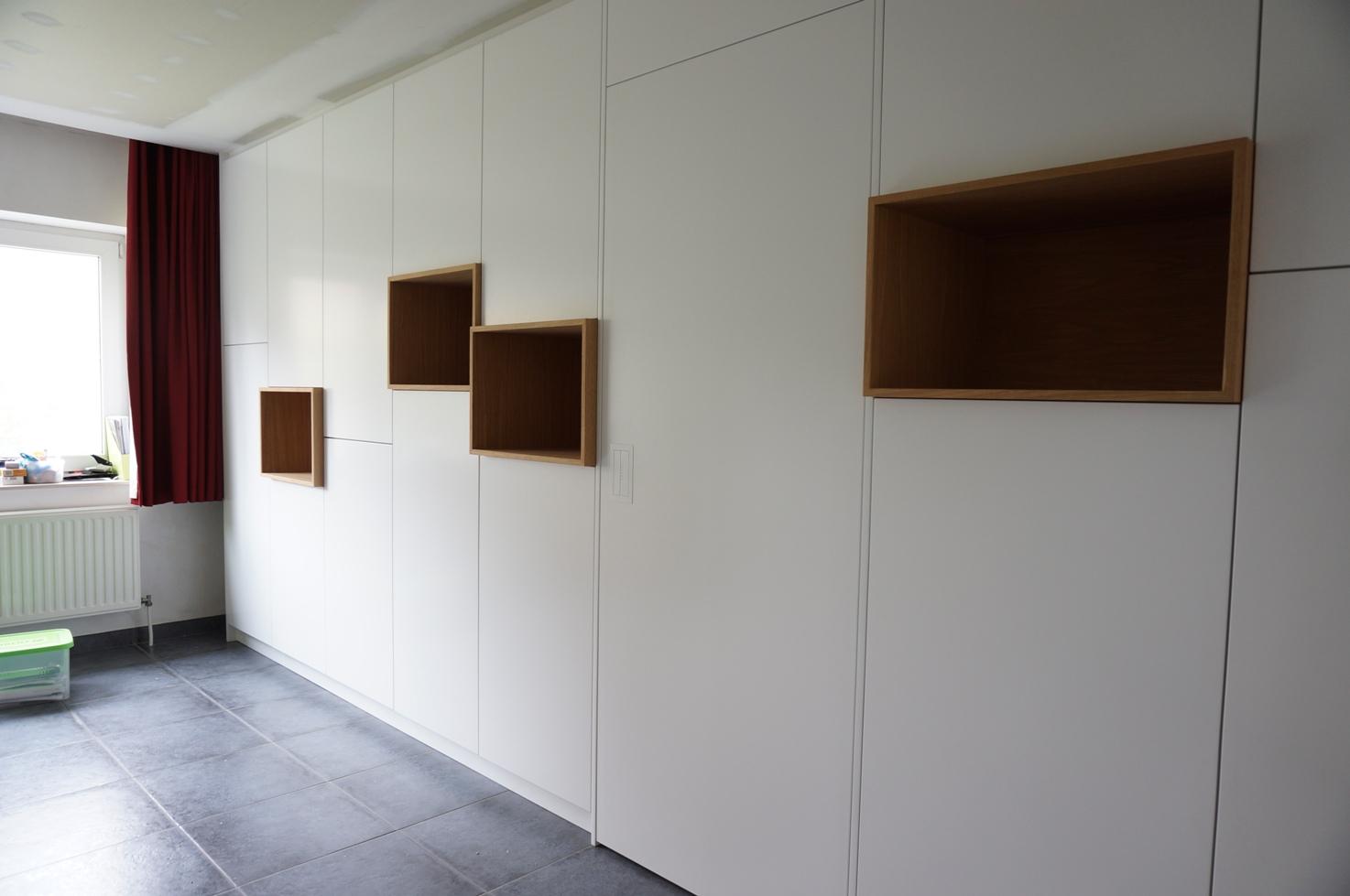 kastenwand met eiken open vakken en een geïntegreerde deur naar de keuken