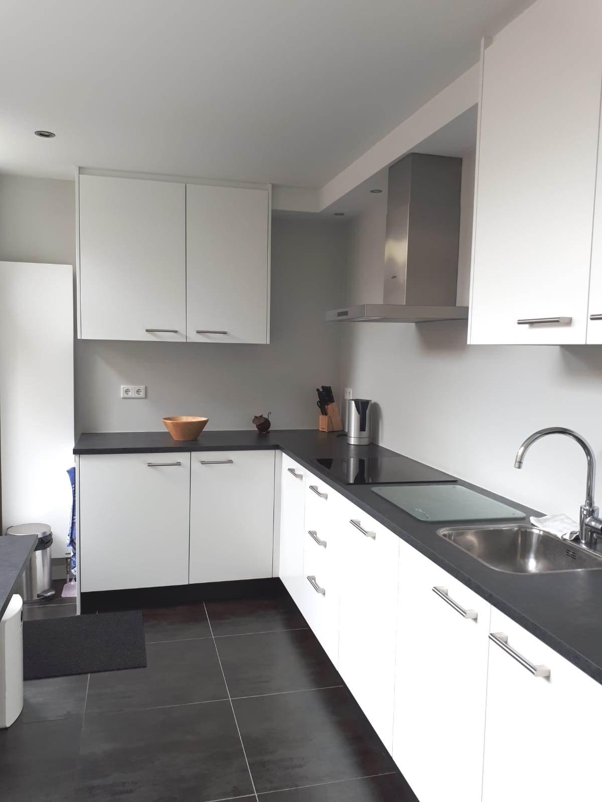 Keuken, gemaakt en geplaatst na interne verbouwing.